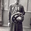 L'empereur Khai Dinh en tunique vietnamienne