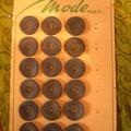 une plaquette de 18 boutons en