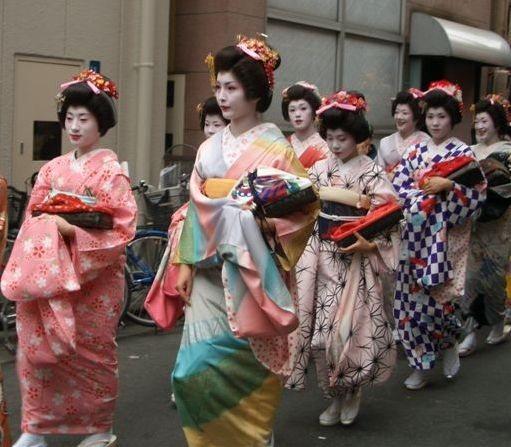enfn...une procession de Maiko San