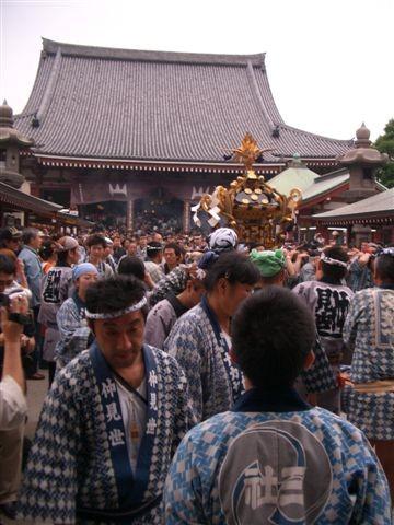 devant le temple apres le passage au sanctuaire