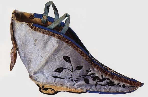 Soulier pour pied atrophié en satin et en bois de 13.5 cm