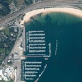 Vue aérienne du port de plaisance et de la plage du moulin blanc