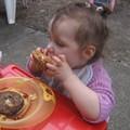 a 17 mois, je mange des hamburgers