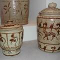 Urnes à décor gravé et peint en oxyde de fer (XIe-XIIIe siècle).