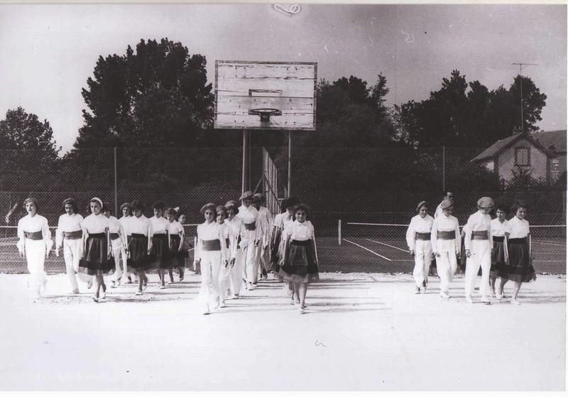 Alignement d'ensemble devant les anciens tennis du stade.