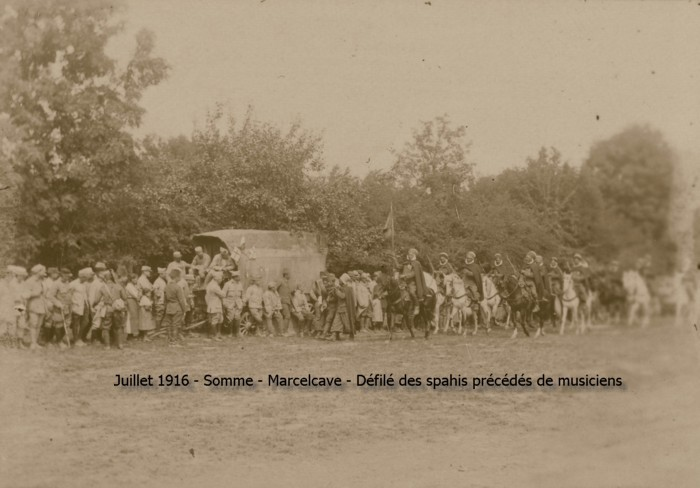 12_somme_marcelcave_defile_spahis_precedes_musique_160700_bis