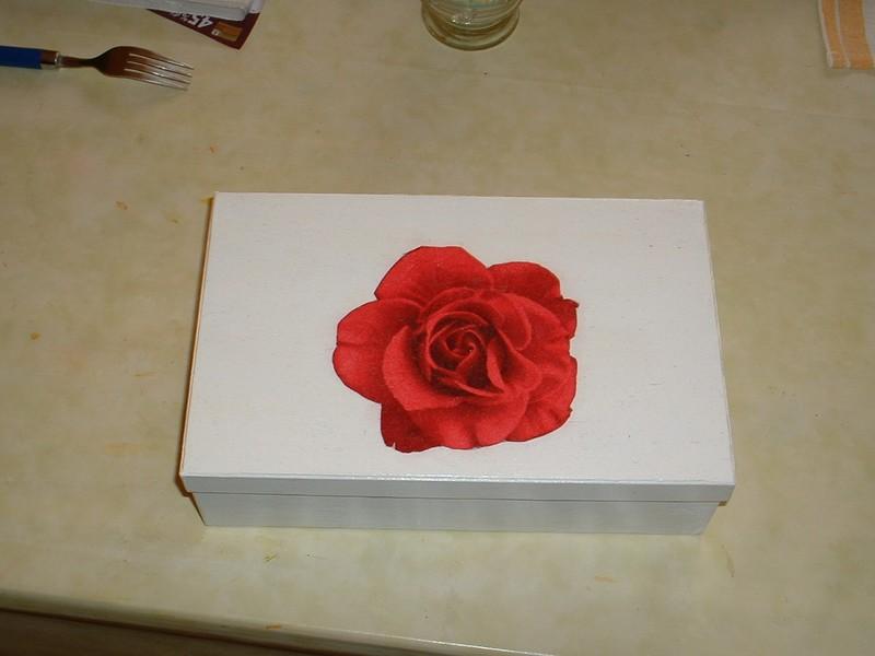 Une simple boite en carton peinte en blanche et d cor e a - Boite en carton decoree ...