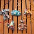 Petits objets à suspendre - en plastique et chutes de tissus