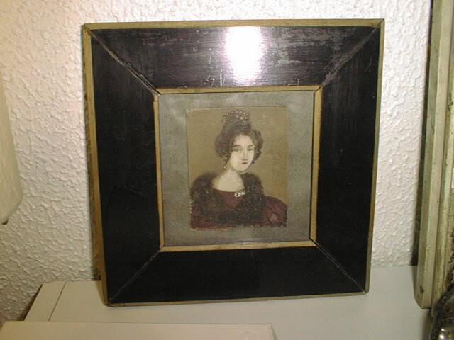 ADORABLE petit portrait, tout en finesse avec son cadre en poirier noirçi.. Déniché dans une brocante..