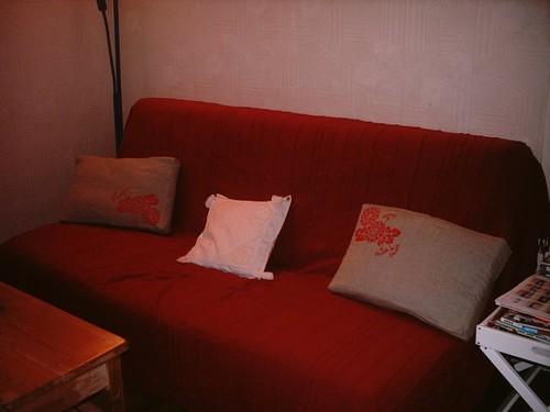 Coussins en lin naturel et fil rouge, peints au pochoir