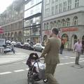 Homme en costard et bébé en 4x4