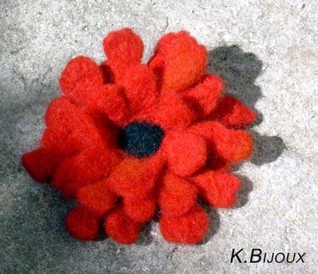 Broche Fleur rouge (technique mixte)