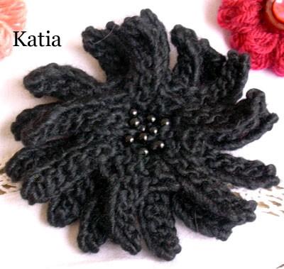 Fleur noire en laine et soie