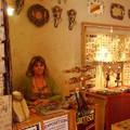 dans le village beaucoup de boutiques regorgeant d'artisannat variés, dont la boutique de notre chère Xtine, que nous ne remercierons jamais assez pour le phénoménal travail d'organisation