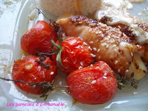 Dinde roulée au coeur de fromage et en croûte de sésame, sur tomates cerises en brochettes de thym