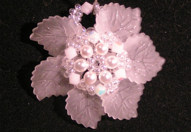 Pendentif Club feuilles blanches