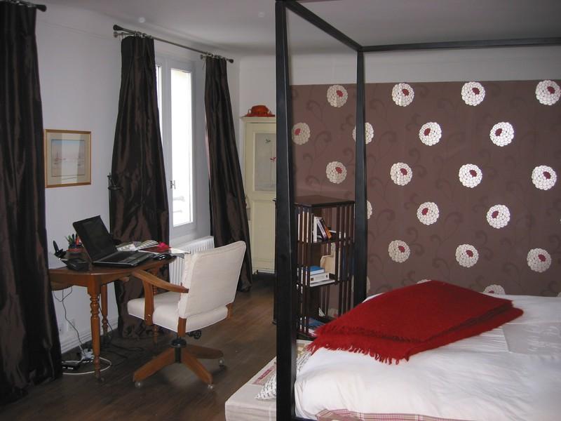 une cloison de papier peint anglais dans la chambre. Black Bedroom Furniture Sets. Home Design Ideas