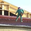Ouvrier charpentier sur le toit