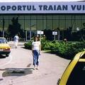 Devant l'aéroport à l'heure du départ