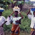 Jeunes filles sur le chemin du marché