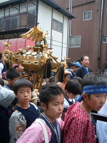 Enfants avec leur mikoshi...