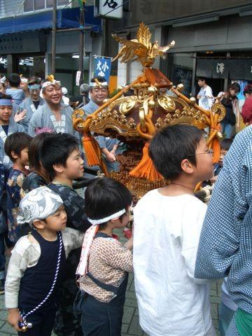 Enfants et mikoshi
