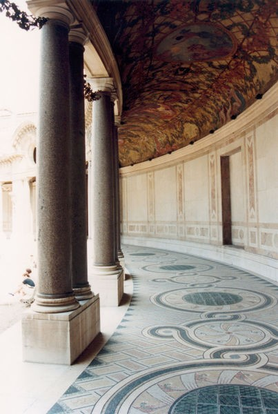 19 - Jardin intérieur bordé de son Péristyle (2)