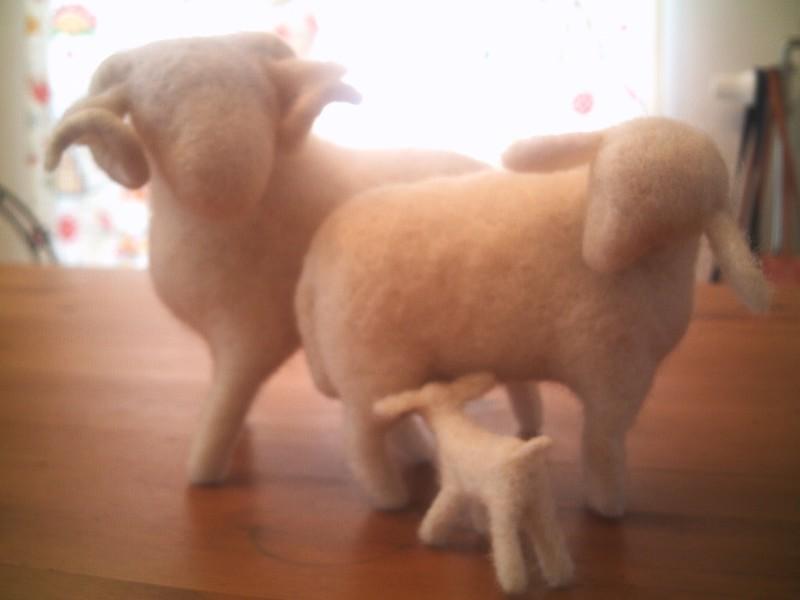 famille moutons en feutre piqué