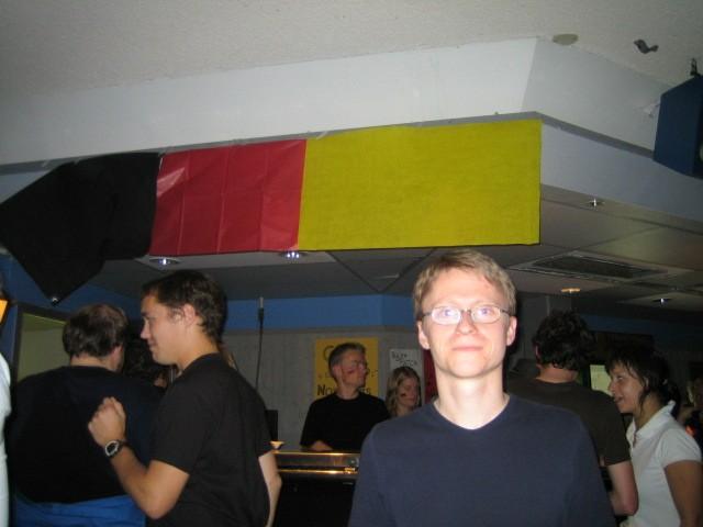 Roman posant devant le bar allemand