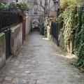 En poussant certaines portes on trouve de petites ruelles calmes