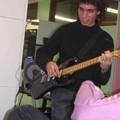 Thomas_kam_gleich_mit_Gitarre