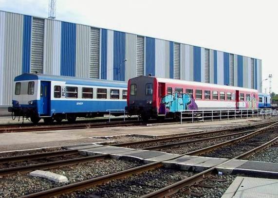 Trains bleus & rouges sur fond bleu