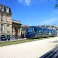 Tramway passant devant la Porte de Bourgogne