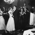 Manou au bal de l'escrime sous un superbe lustre, à Toulouse le 4 février 1949