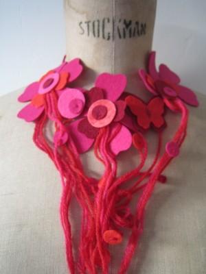collier rose feutre et laine