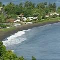La plage de sable noir à Tahiti