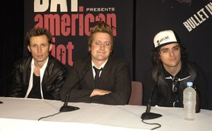 203310_2005_12_13___green_day_press_conference___sydney__australia___022