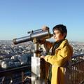 Ingmar scrutant la Tour Eiffel ...