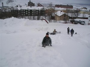 2005.03.11_048_kiruna_having_fun_in_snow_on_the_top
