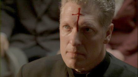 Le terrifiant Frère Justin (Clancy Brown)