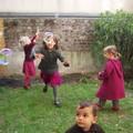 les cousines chassent les bulles dans le jardin de montrouge