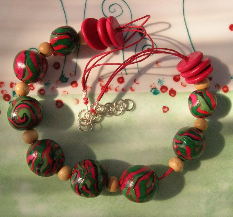 Un collier fabriqué par Carol, qui a suivi les conseils de Mathilde Brun, dans sa technique