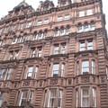 Dans les rues de Glasgow... (beaucoup de bâtiments de cette couleur)