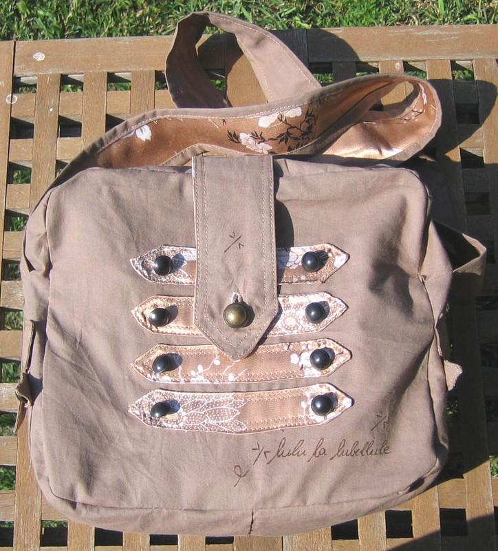 La sacoche army à boutons