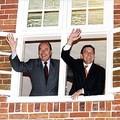 72e sommet franco-allemand (Potsdam) : M. Jacques Chirac, président de la République et M. Gerhard Schröder, Chancelier allemand à une fenêtre de la Maison Jan Bouman. 30 novembre 1998.