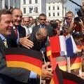79e consultation franco-allemande à Schwerin (Allemagne) : bain de foule de M. Jacques Chirac, président de la République, et M. Gerhard Schroeder, Chancelier allemand. 30 juillet 2002.