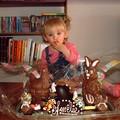 Amélie déguste ses chocolats
