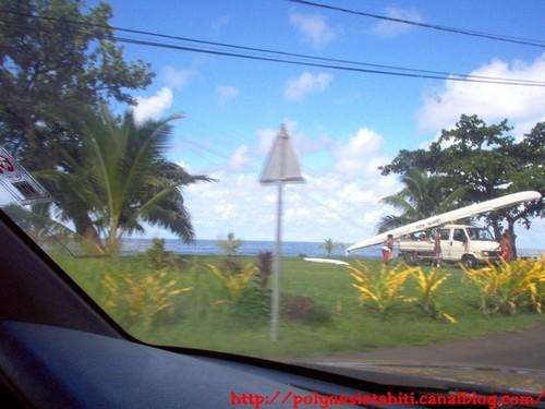 Pirogue en bord de route