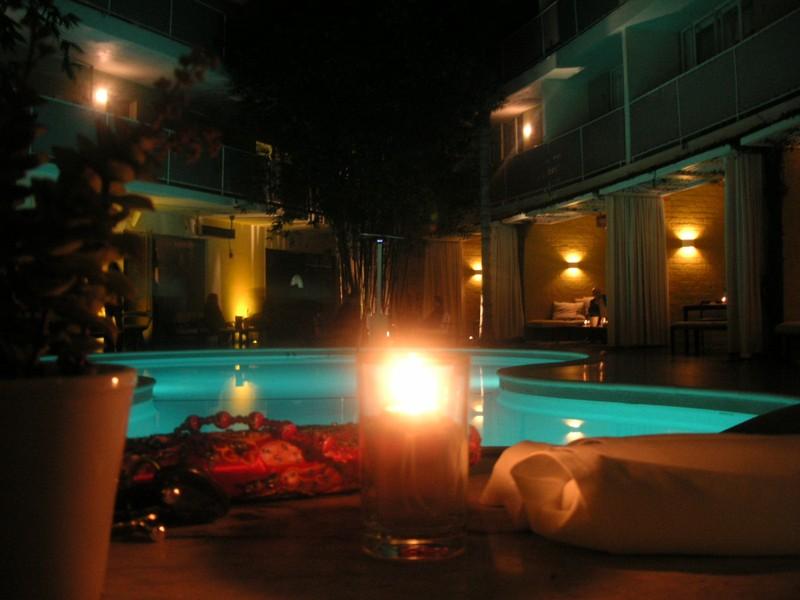 Un verre au avalon hotel bar raphael autour du continent for Hotel autour de moi