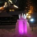 Une des nombreuses structures en glace, eclairee de l'interieur